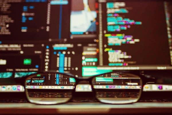 gafas delante del monitor de un potente ordenador