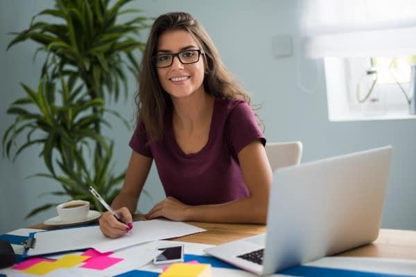mujer usando gafas de ordenador